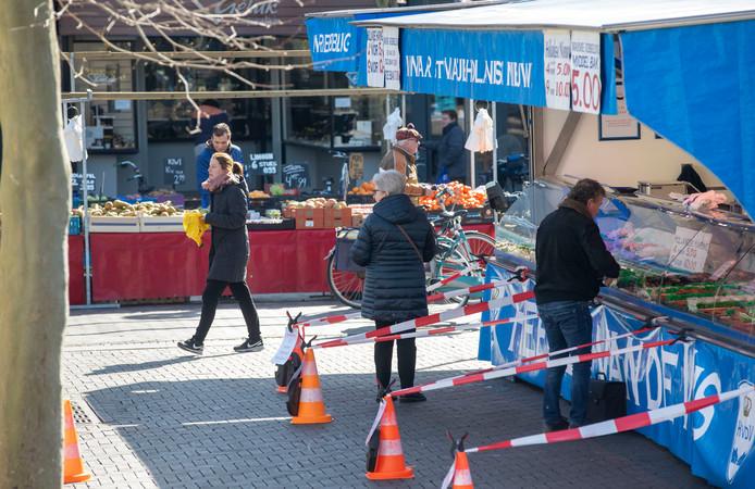 Ondanks de coronacrisis mogen markten doorgang blijven vinden, er worden wel maatregelen genomen om mensen op anderhalve meter afstand van elkaar te houden zoals hier in Veenendaal.