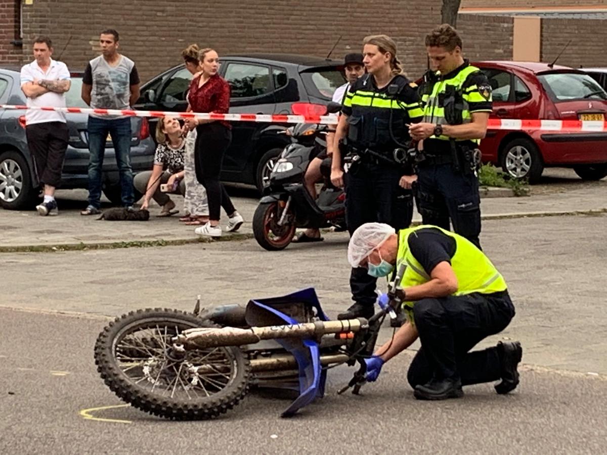 De politie doet onderzoek op de plaats waar de vrouw in Den Bosch werd aangereden door een crossmotor.