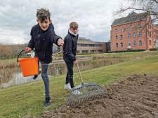 Leerlingen Reynaertcollege zaaien wilde bloemen voor biodiversiteit; 'Beetje tuinieren is best leuk'