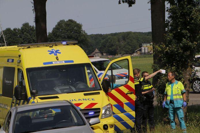 De politie en de ambulance overleggen.