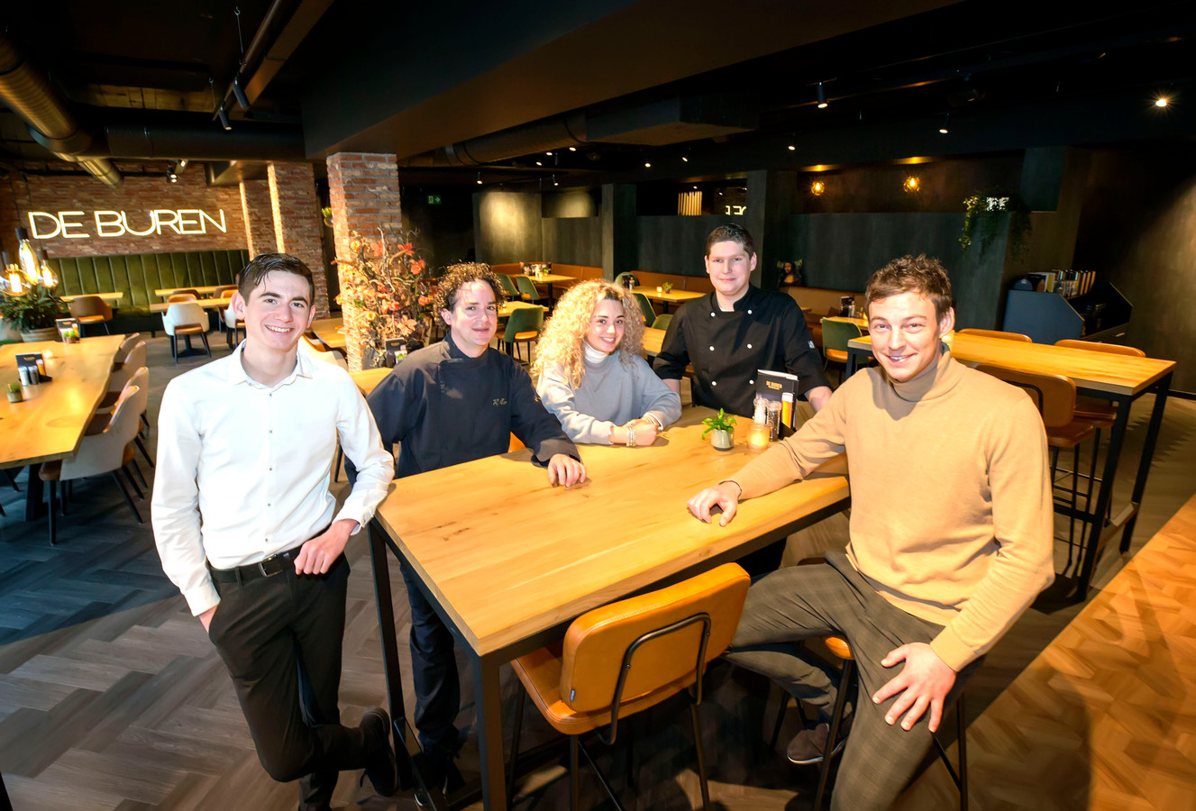 Het team van restaurant De Buren in Terheijden vlnr Luc, Roberto, Britt, Ivan, Sander Fuik.