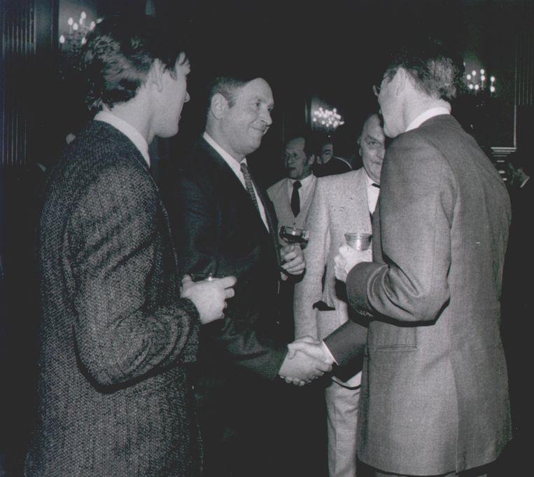 Hans (links) ontmoette heel wat bekende figuren doorheen zijn carrière, zoals hier koning Boudewijn (rechts). Hans stond ook gekend als 'de elektricien van de koning'.