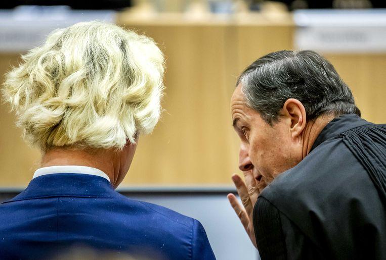 PVV-leider Geert Wilders en zijn advocaat Geert-Jan Knoops in de rechtbank van Schiphol voor het pleidooi in het minder-Marokkanen-proces tegen Wilders.  Beeld ANP