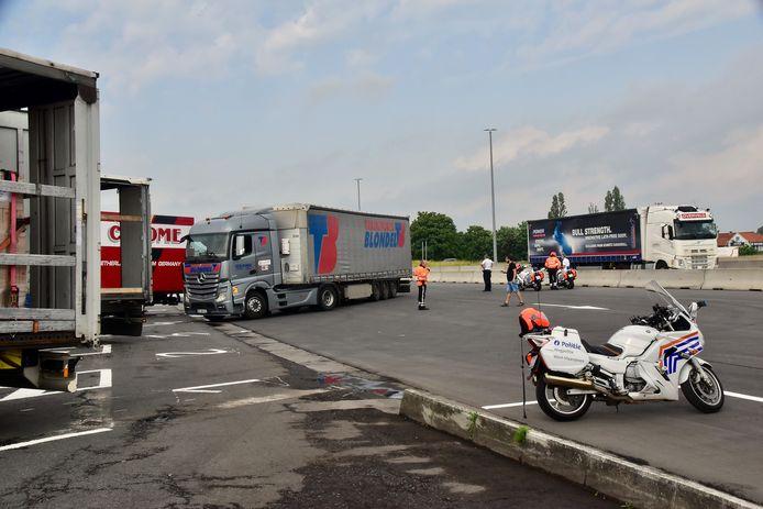 Controle op zwaar vervoer aan de grensovergang van de E17 in Rekkem: er werden parkeervakken gemaakt om de controle efficiënt en ordelijk te laten verlopen.