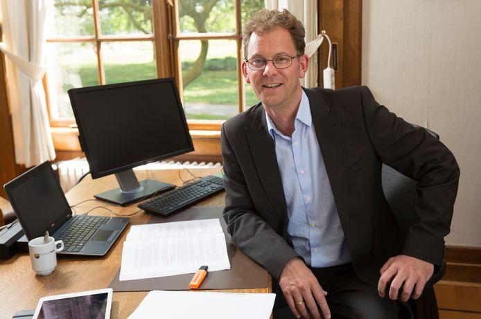 """Wolbert Meijer achter zijn bureau in het Raadhuis van Heerde (archieffoto). ,,Ook de komende jaren zitten we nog met gevolgen van de coronacrisis."""""""