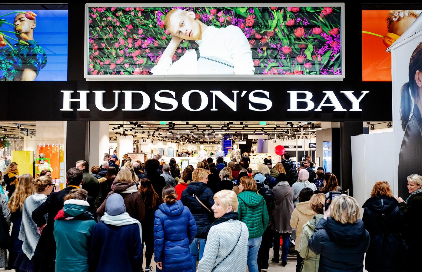 Mensen staan in de rij tijdens de opening van het warenhuis Hudson's Bay in Hoog Catharijne.