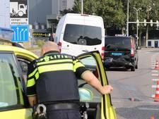Fietser op Atoomweg geschept door taxibusje