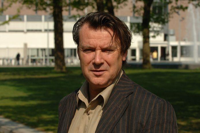 Academicus Arie de Ruijter staat terecht wegens valsheid in geschrifte en oplichting bij Tilburg University. Tijdens de rechtszaak is gebleken dat hij ook de Universiteit Utrecht heeft benadeeld.