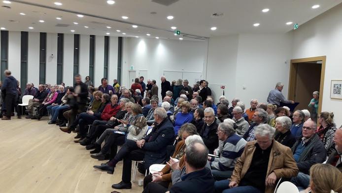 Een volle raadszaal bij Vliegverkeerd Wageningen