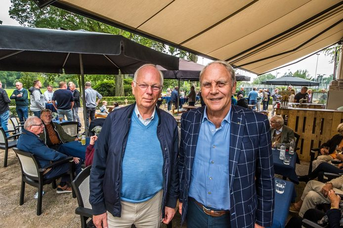Voorzitter Martien Molenaar (l) en Gerard Oude Vrielink.