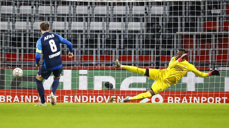 AZ-aanvoerder Koopmeiners zet AZ uit een  strafschop op een 0-1 voorsprong. Beeld EPA