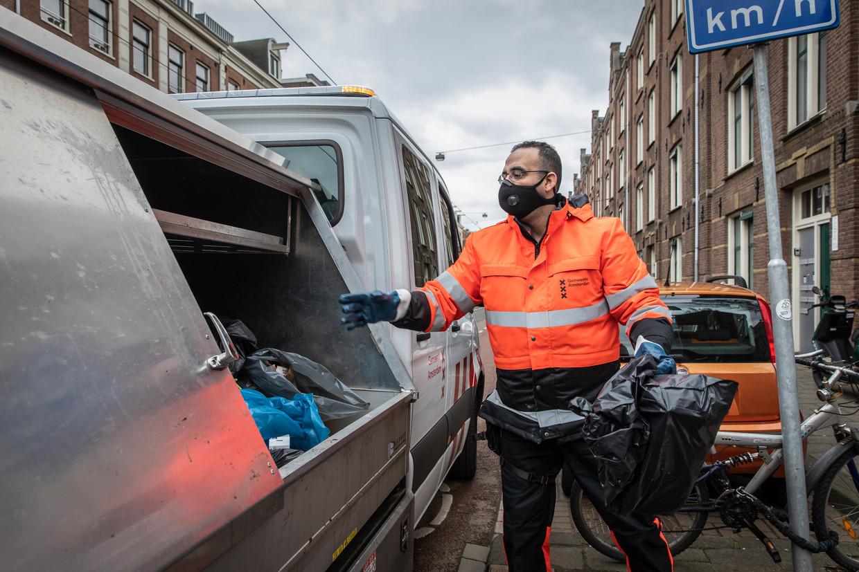 Abderrahim (Appie) Elbahyaoui werkt bij de Reinigingsdienst van gemeente Amsterdam. Zijn werkgebied is het centrum van de stad.  Beeld Dingena Mol