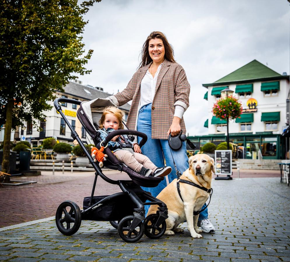 """Debbie Snoek (33) met haar dochter Vayen (1) en hond in het centrum van Oud-Beijerland. ,,Vanwege een kinderwens zijn we terug naar Oud-Beijerland verhuisd."""""""