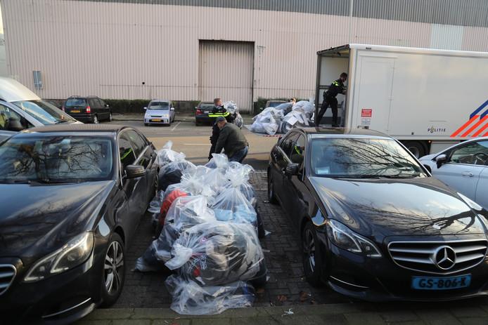 De zakken met nepkleding die vandaag in beslag zijn genomen bij een bedrijf aan de Zonweg in Den Haag.