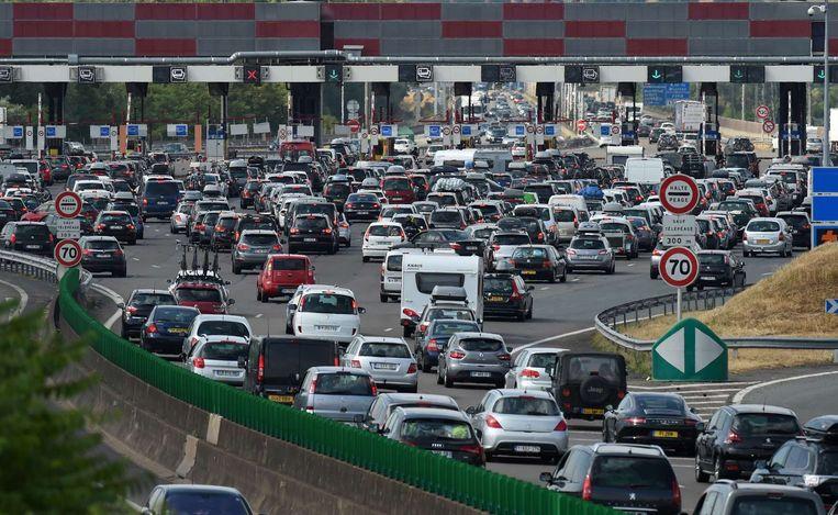 Automobilisten schuiven aan bij de péage van Villefranche-sur-Saône op snelweg A6. Beeld AFP