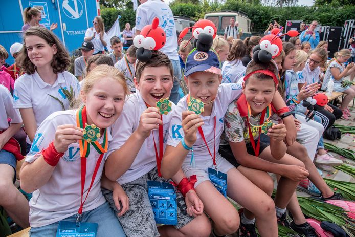 Kinderen die met het V-Team vorig jaar een alternatieve Vierdaagse liepen, kregen na afloop een medaille.