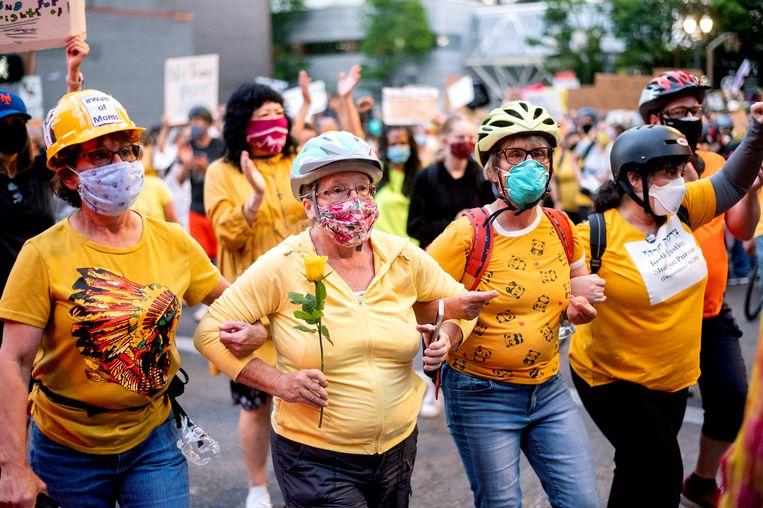 De Muur van Moeders, in het geel gehulde vrouwen, demonstreren in Portland. Beeld AP