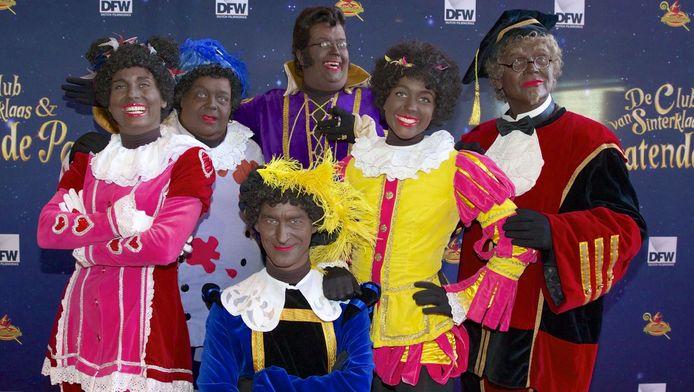 Testpiet, Keukenpiet, Hoge Hoogte Piet, Muziekpiet, Danspiet en Profpiet op de rode loper bij de filmpremière van De Club van Sinterklaas - Het Pratende Paard.