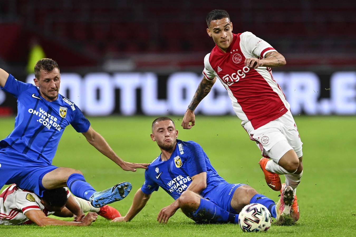 September 2020, Ajax-Vitesse: Thomas Hajek en Maximilian Wittek zien Antony er vandoor gaan.