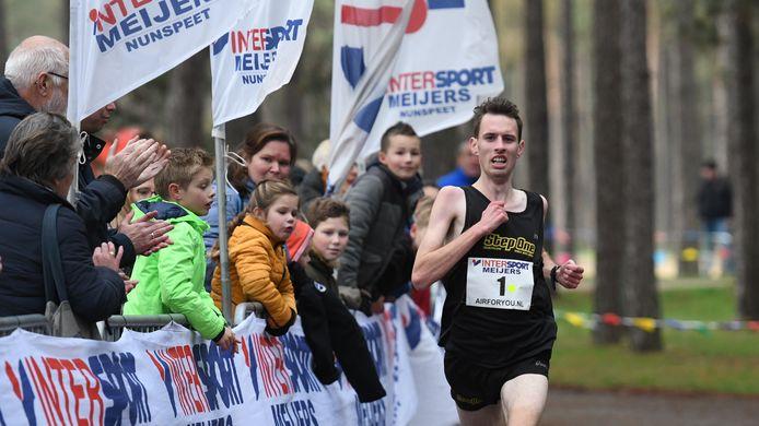 Danny Koppelman uit Hoge Hexel (30.12) verbreekt het parcoursrecord op de tien kilometer.
