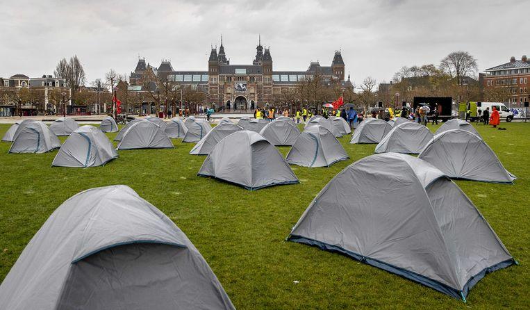 Symbolisch tentenkamp op het Museumplein in Amsterdam. De actievoerders willen zo de overheid oproepen het Nederlandse en Europese asiel- en migratiebeleid aan te passen. Beeld ANP