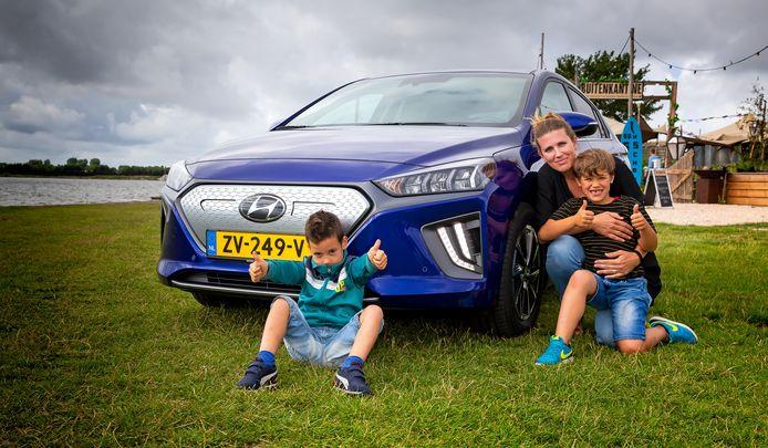 Marleen Gaiser en haar zoontjes Steef (l) en Raaf met de Hyundai Ioniq Electric. FOTO BART HOOGVELD