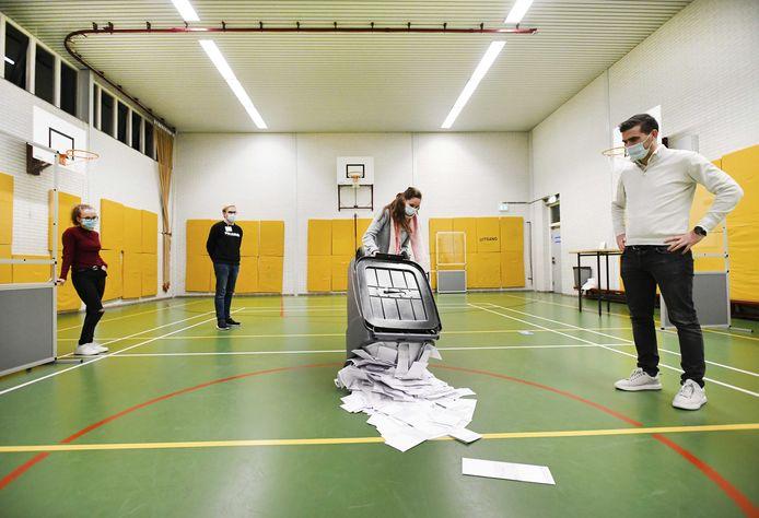 Stemmentellers aan het werk in een stembureau in Oisterwijk, na afloop van de lokale herindelingsverkiezingen in 2020. Het betrof de eerste verkiezingen tijdens de coronacrisis.