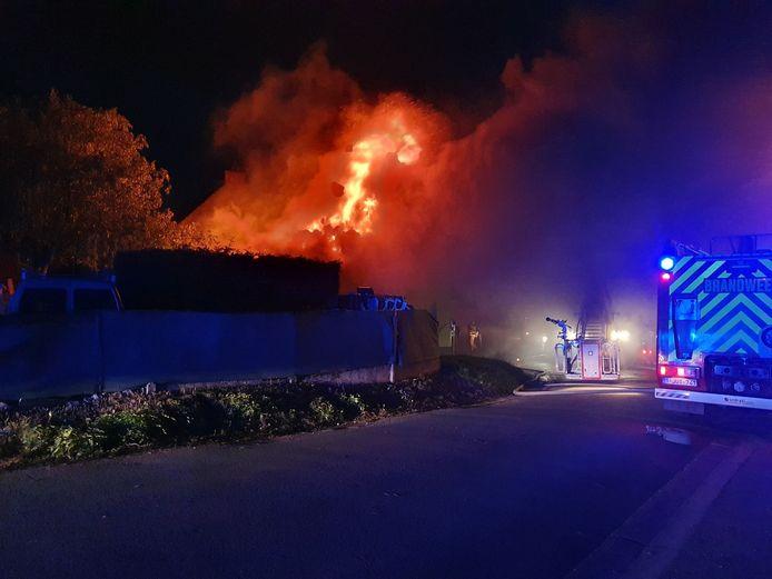 Bij aankomst van de brandweer sloegen de vlammen al metershoog door het dak.