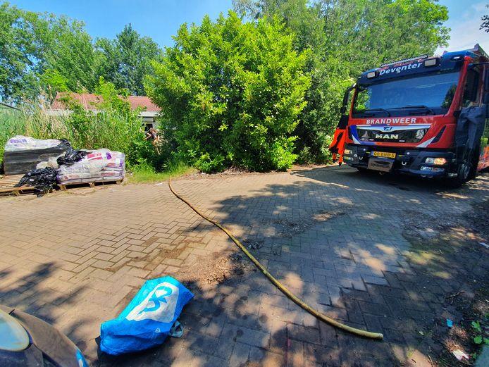 De brandweer kwam in actie om te voorkomen dat een woonboot zou zinken.