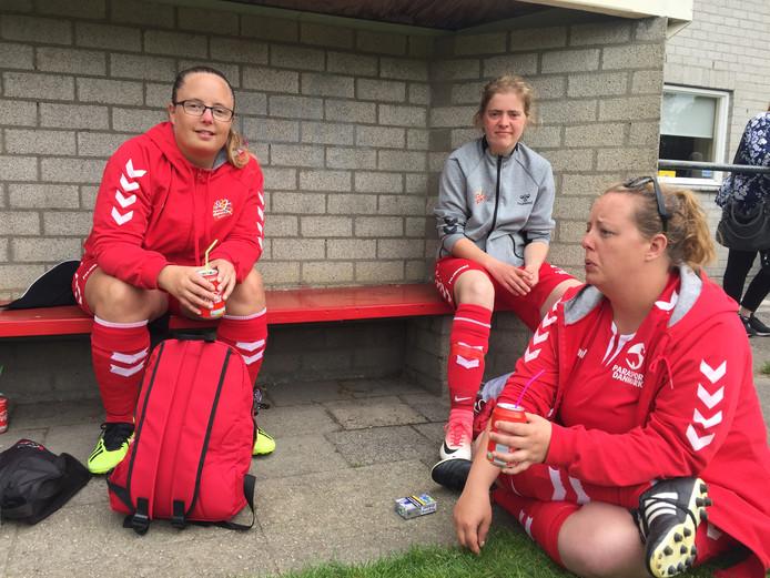 Michelle Hessel (links) uit Denemarken met twee teamgenoten in afwachting van hun finalewedstrijd tegen Azerbeidjan