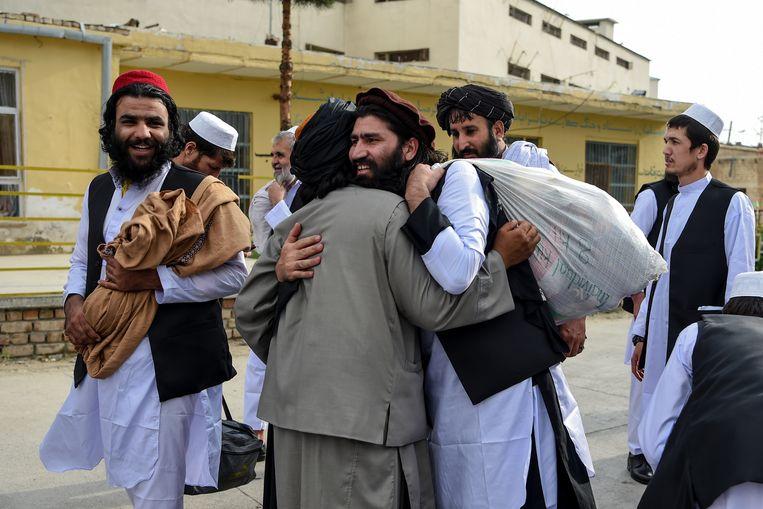 Taliban-gevangenen vieren hun aanstaande vrijheid.  Beeld Hollandse Hoogte / AFP