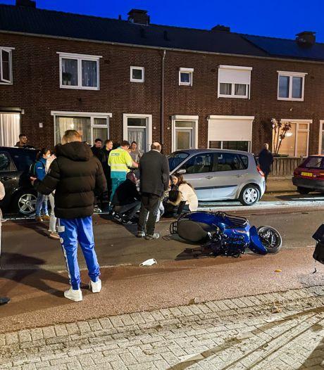 Scooterrijder botst op geparkeerde auto in Eindhoven en moet naar het ziekenhuis