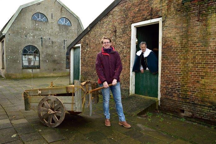 Anke Steffers heeft een toneelstuk over 750 jaar Nieuwkoop geschreven. Het eerste bedrijf is gisteren opgevoerd tijdens de nieuwjaarsreceptie. Op de achtergrond Henk Cats.