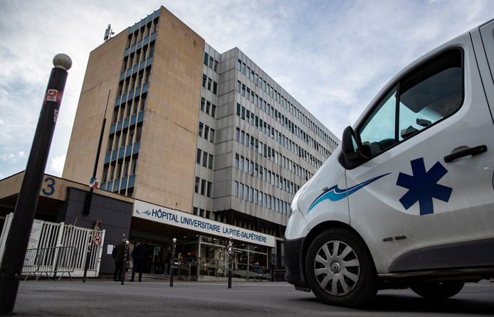 L'enseignant avait été testé en urgence lundi à l'hôpital de la Pitié-Salpêtrière à Paris dans un état gravissime.