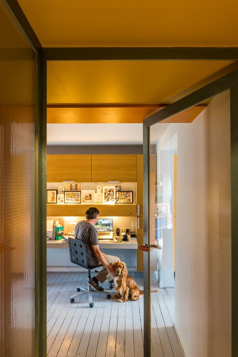 De moeilijkheidsgraad van thuiswerk zit echter zelden in het werken zelf, maar vooral in het ontspannen in dezelfde ruimte. Beeld rv