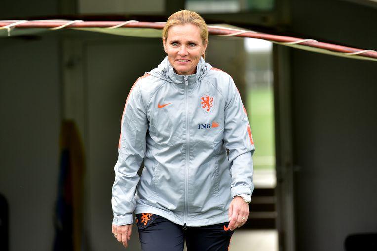 Coach Sarina Wiegman van het Nederlands vrouwenelftal tijdens een training in de aanloop naar de UEFA Women EURO 2021 kwalificatiewedstrijd tegen Slovenie. Beeld ANP/Igor Kupljenk
