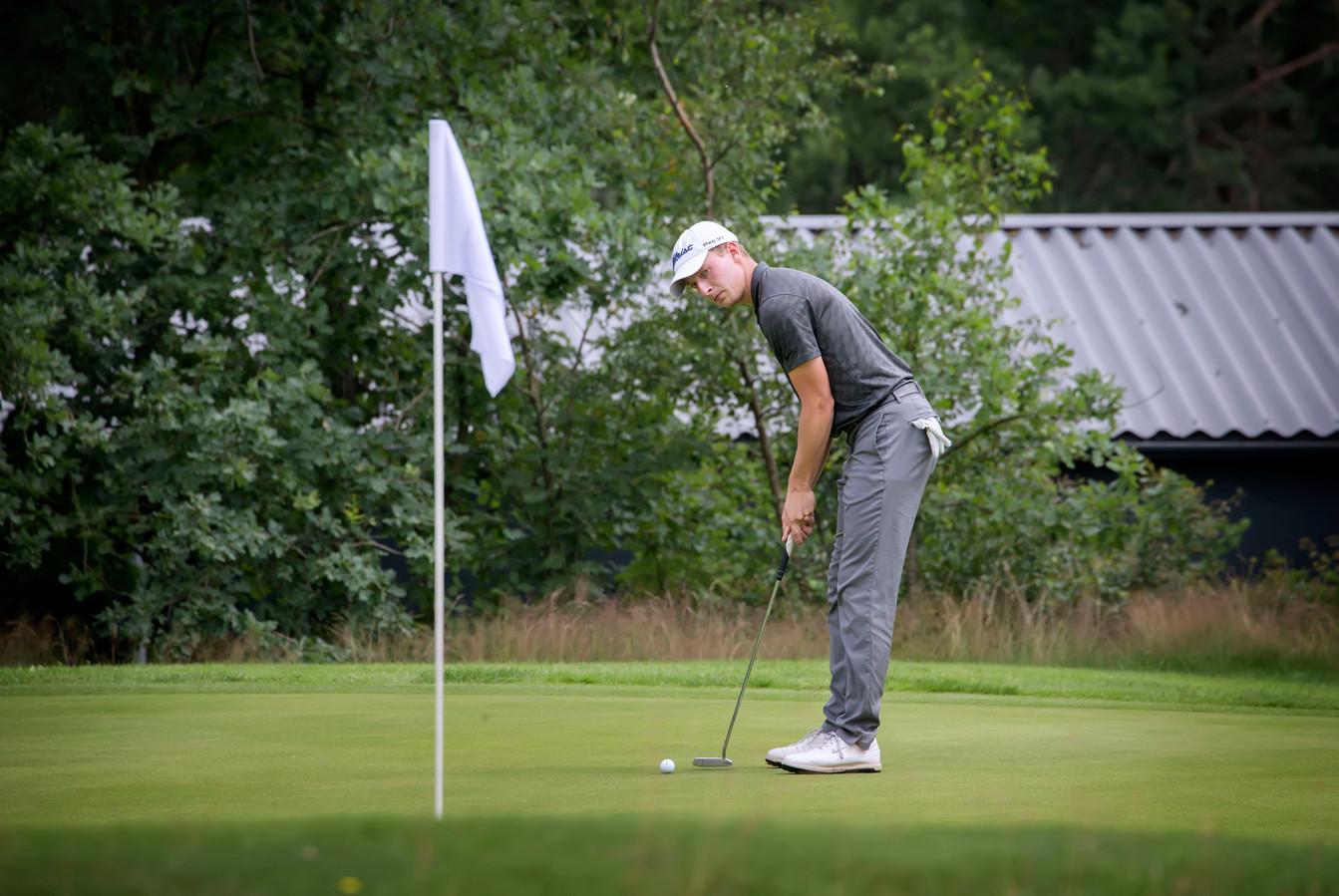 Golfer Felix van Dijk in actie tijdens de Dutch Junior Open.