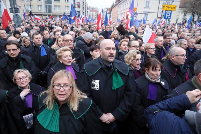 Rechters en advocaten uit heel Europa demonstreerden op 11 januari in Warschau tijdens 'de mars van duizend toga's'. De rechtsstaat wordt in Polen uitgehold, zo vinden ze.