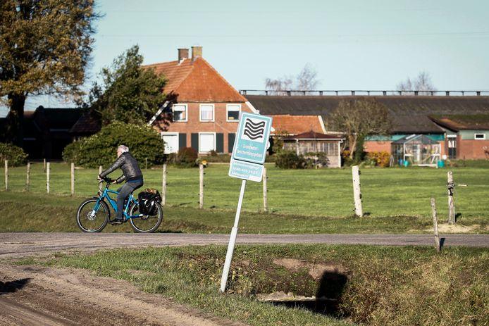 Het Wierdense Veld is beschermd natuur- en waterwingebied, en moet dat van de provincie blijven. Daar dreigen de veertien boeren uit de omgeving de dupe van te worden.