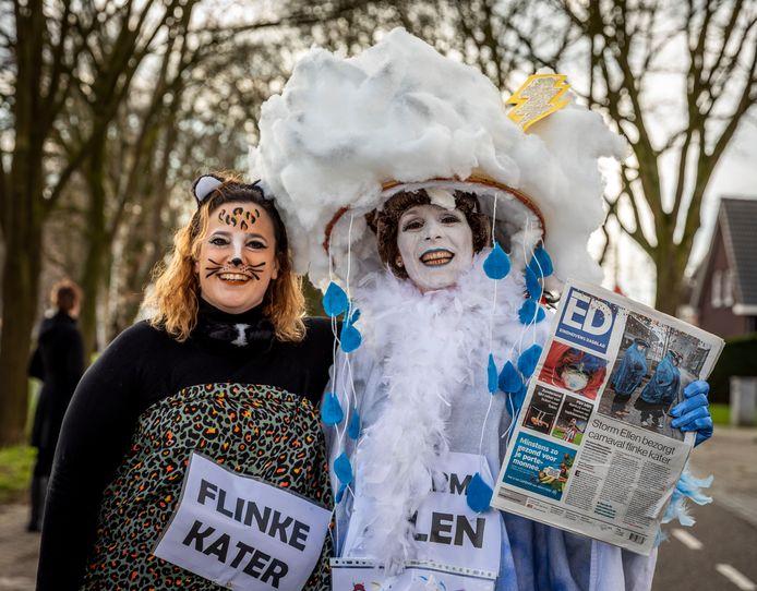 Annemarieke en Ellen behaalden de tweede prijs in de categorie duo's bij de optocht in Helenaveen
