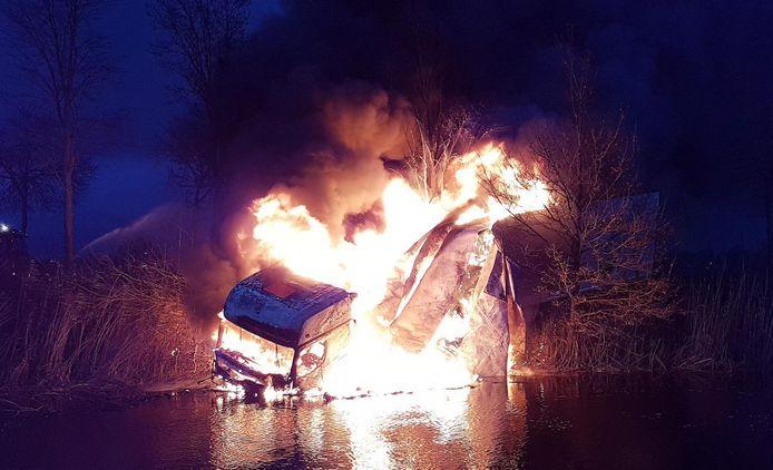 De brandende vrachtwagen viel niet meer te redden.
