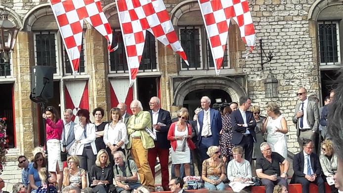 Op het podium op de Grote Markt volgden de genodigden de Brabant Stoet, onder hen onder meer historicus Herman Pleij (gele broek), pastor Paul Verbeek, diverse burgemeesters en natuurlijk de Commissaris van de Koning.