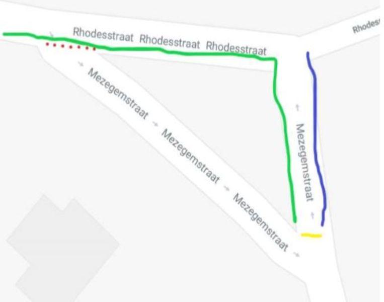 Het voorstel van de buurt: Het verkeer vanuit Roeselare wordt opgesplitst : de zwakke weggebruiker kan nog steeds dezelfde route volgen de Mezegemstraat in. Waar de rode stippen zijn, wordt de weg onderbroken voor gemotoriseerd verkeer. Auto's en vrachtwagens rijden 10 meter verder (groene lijn), waar zij rechts de Mezegemstraat afslaan.