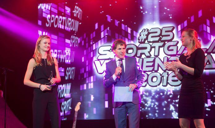 Het Veenendaalse Sportgala van 2016 waar Sabine Rutten (links) haar prijs voor sportvrouw van het jaar in ontvangst neemt van presentator Toine van Peperstraten.