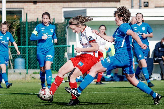 Geena-Lisa Buyle is sneller dan Genk-speelster Lotte Van Den Steen en tekent de gelijkmaker aan.