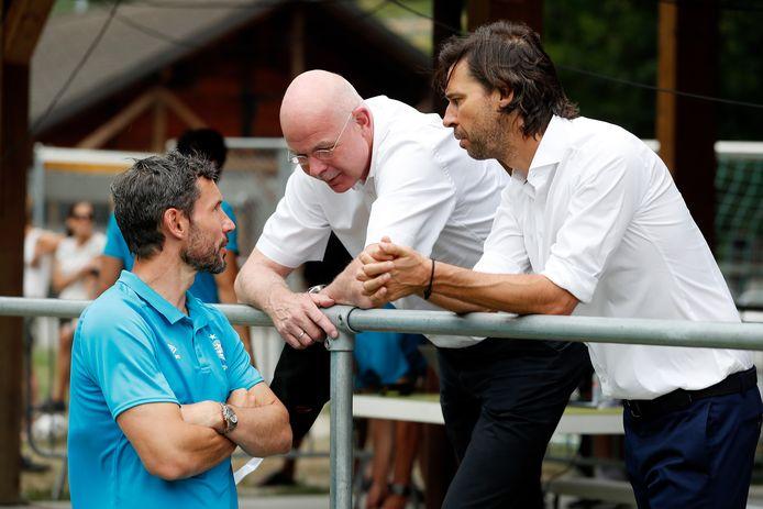 Toon Gerbrands (midden) overlegt met Mark van Bommel en John de Jong.