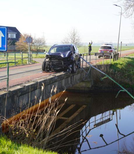 Automobilist ramt reling van de brug af over de Groote Grift in Hasselt