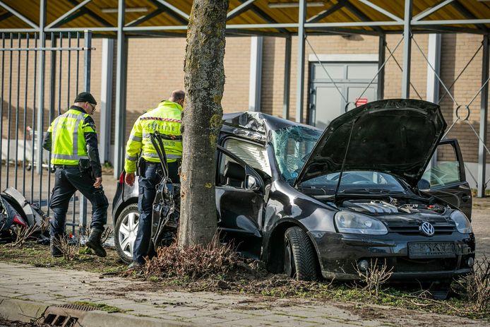 De auto raakte zwaar beschadigd bij het ongeluk in Duiven