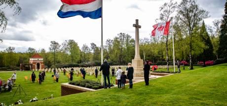 Sobere herdenking in Holten maakt indruk op nieuwe Canadese ambassadeur