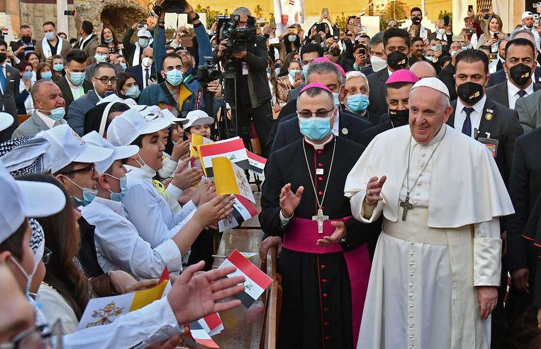 Correspondent Ana van Es: 'De paus is geen controversiële figuur zoals bijvoorbeeld een westerse popster, dus iedereen kan zich mee verheugen.' Beeld AFP
